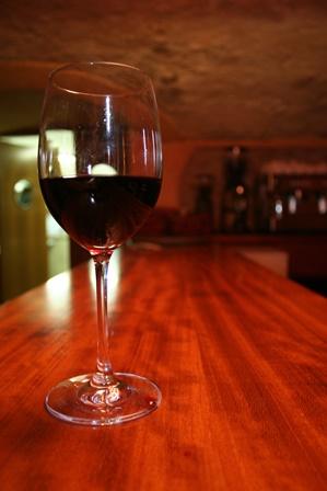Arredare un wine bar scelte di stile tra mobili su for Arredare un bar
