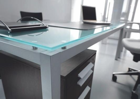 Arredare l ufficio idee per farlo con stile for Scrivania vetro ufficio