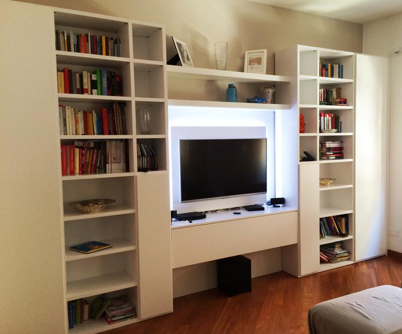 Una soluzione modulare per attrezzare una parete di un soggiorno