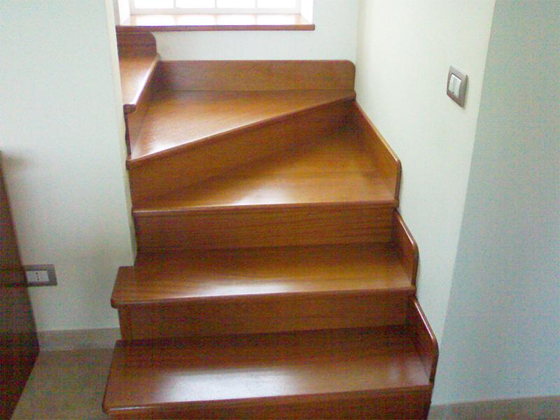 Rivestimento scala in muratura con il legno