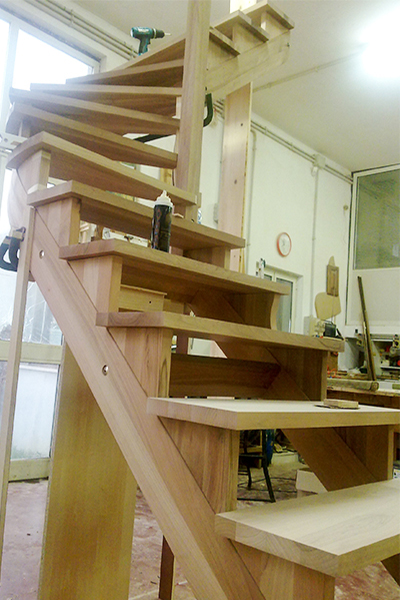 Costruzione di una scala in legno su misura all'interno della falegnameria