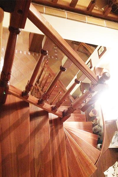 Balaustra su misura con colonnine in legno tornite e intagliate