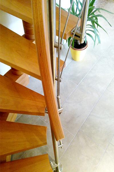 Dettaglio della scala in legno e acciaio