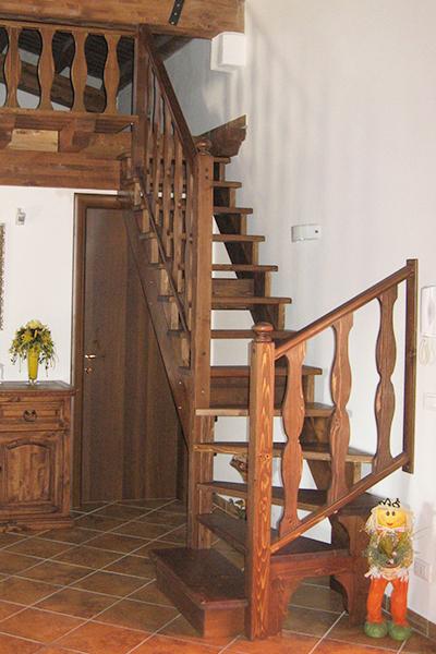 Scala su misura in legno di abete stile rustico