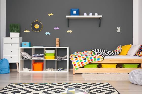 camera da letto per bambini con accessori colorati