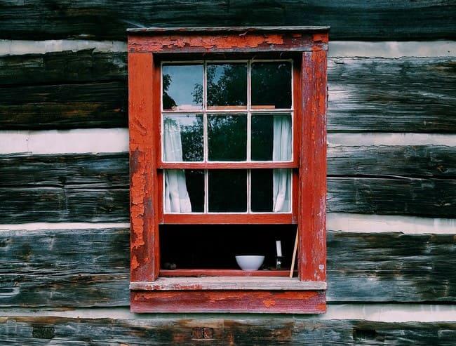 Ridipingere una finestra con dei colori per il legno