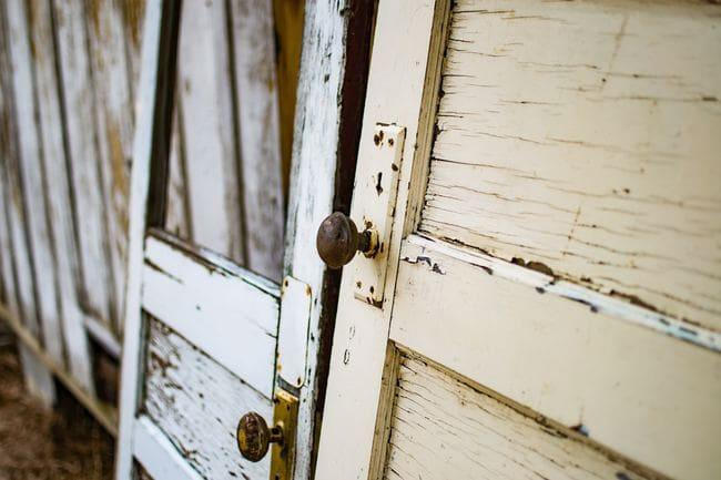 Tinteggiare una porta con i colori per il legno